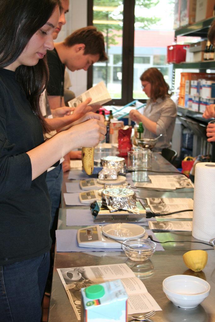 Schüler*innen beschäftigen sich praktisch mit gesunder Ernährung
