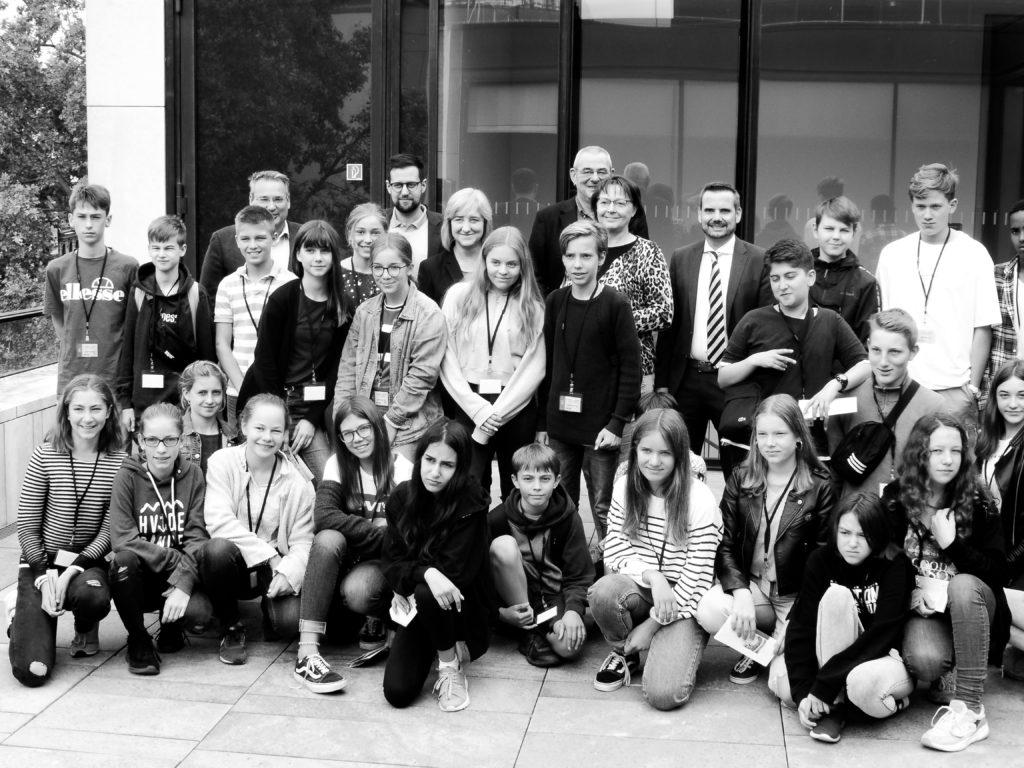 Gruppenfoto im Landtag: die Klasse 8a mit Mitgliedern des Landtags (2019)